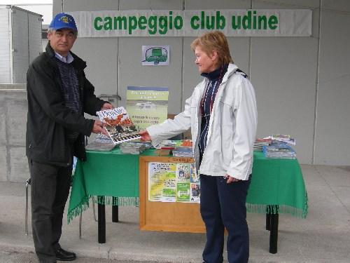 una rappresentanza del Club a Pollice verde